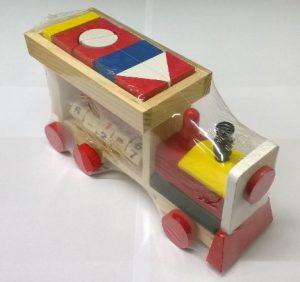 Celodřevěná hračka ve tvaru parní lokomotivy