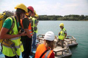 Účastníci semináře sledují kroužkování rybáků obecných z lodi