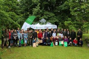 Mladí lidé v evropských lesích