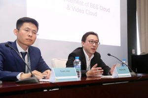 Maurice Ma (right), VP of Huawei Carrier Software BU and Jian Guan (left), General Manager of BES as a Service Product, Huawei Carrier Software BU, answer the journalists' questions (PRNewsFoto/Huawei)